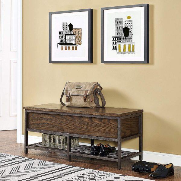 Sự đơn giản đượcbổ sung thêm gối tựa màu sắc, họa tiêt bắt mắt để tạo điểm nhấn cho lối vào nhà.